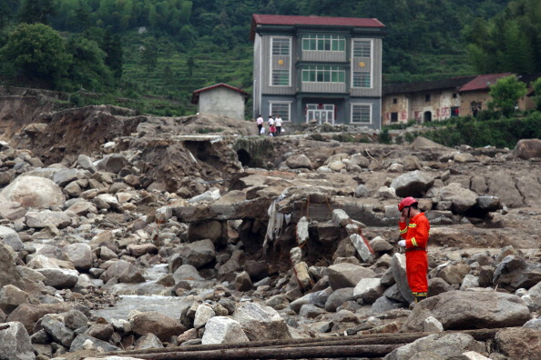 Рятувальник оглядає руїни. Провінція Хунань, Китай. Фото: STR/AFP/Getty Images