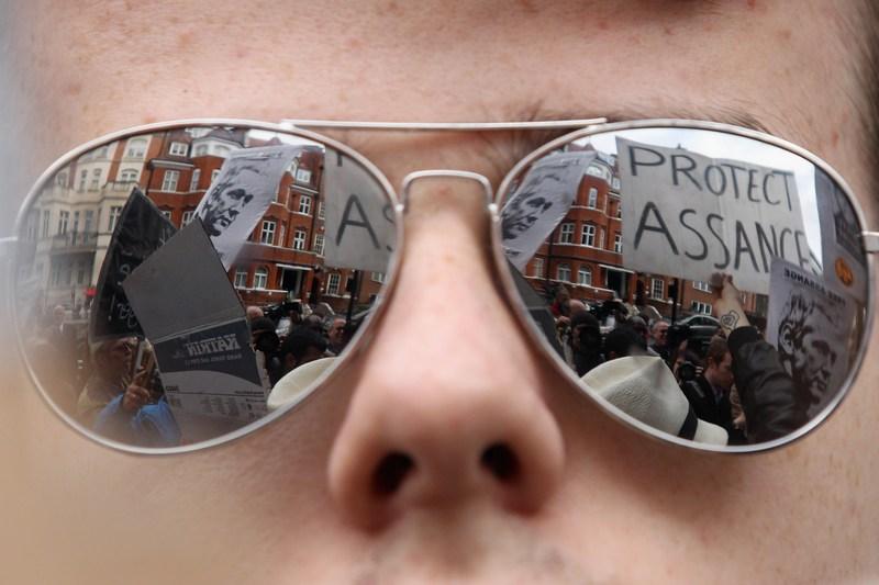 Лондон, Англія, 22 червня. Напис у відображенні окулярів — «Захистимо Ассанжа». Засновник Wikileaks сховався в посольстві Еквадору, щоб уникнути екстрадиції до Швеції. Фото: Oli Scarff/Getty Images