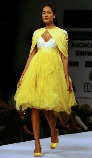 Одежда от Shantanu and Nikhil на Неделе моды Wills India Fashion Week, проходившей в индийском Нью-Дели. Фото: TAUSEEF MUSTAFA/AFP