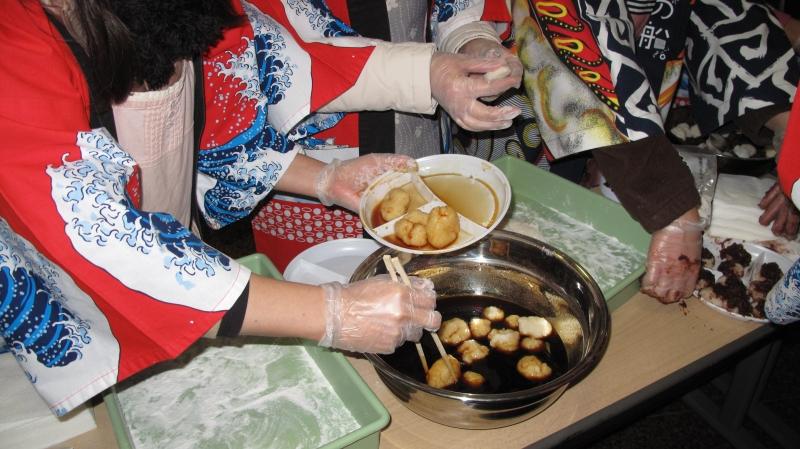 Праздник приготовления новогоднего японского десерта — рисовых колобков моти. Фото: Оксана Позднякова/The Epoch Times Украина