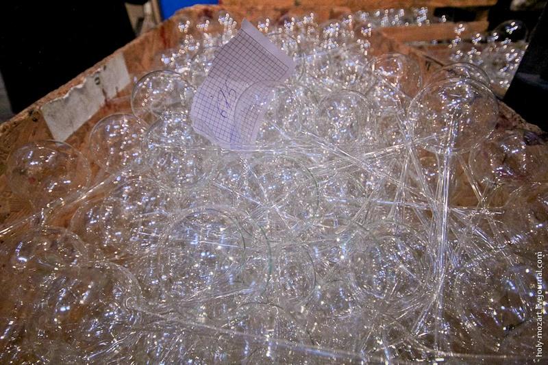 В итоге получаются вот такие шарики на «ножке», которую удалят только после разрисовки украшения. Фото: holy-mozart.livejournal.com