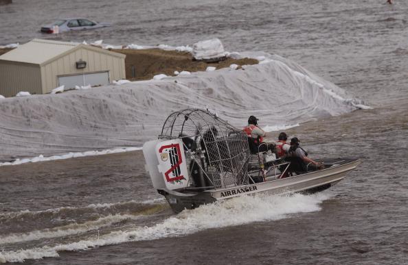 Служба спасения на реке Сурис. г. Майнот, Северная Дакота, США. Фото: Scott Olson/Getty Images