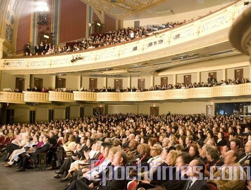 Зал Детройтского оперного театра (Detroit Opera House) заполненный зрителями, которые зачарованно смотрят выступления творческого коллектива «Шеньюн». Фото: Великая Эпоха