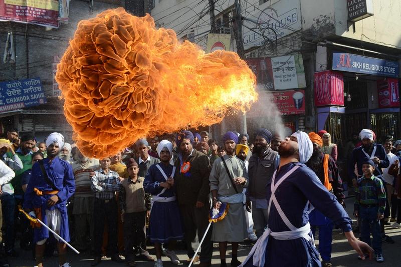 Амритсар, Индия, 27 ноября. Воин сикхов демонстрирует «огненное дыхание». Фото: NARINDER NANU/AFP/Getty Images