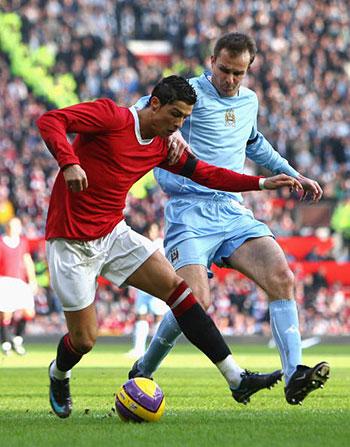 Криштиано Роналдо и Дитмар Хаманн из «МС» (справа) борются за мяч. Фото: Alex Livesey/Getty Images
