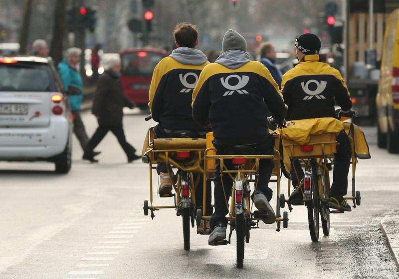 Берлін, Німеччина, 17грудня. Міські листоноші пересіли на велосипеди, щоб вчасно доставити кореспонденцію. Фото: Sean Gallup/Getty Images