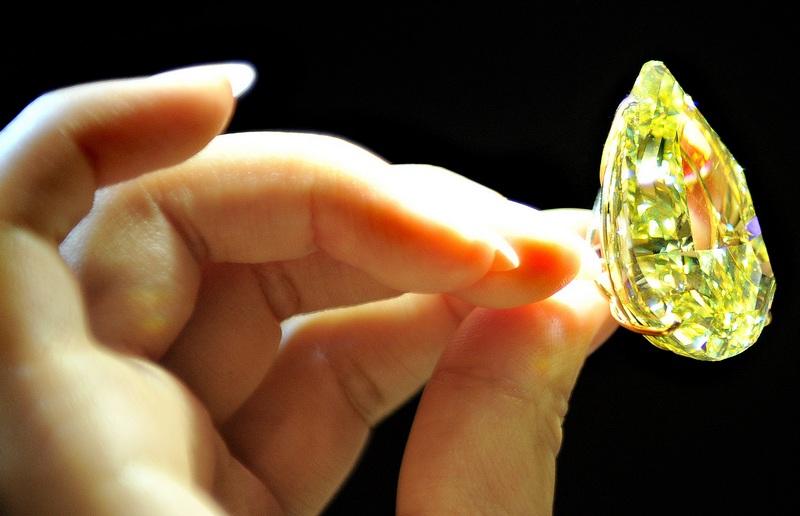 Жовтий діамант «Крапля Сонця» (The Sun-Drop Diamond). Фото: LAURENT FIEVET/AFP/Getty Images