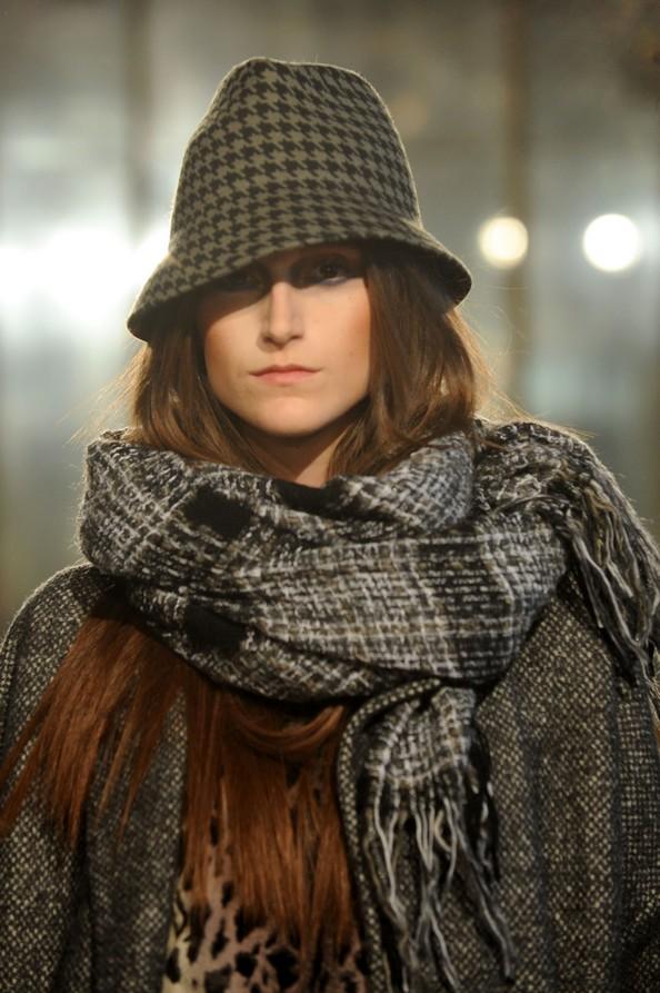 Модные шарфы — изюминка в наряде. Фото: Clara Biondo/Getty Images