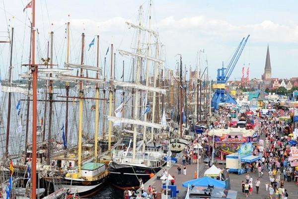 Причал с парусными судами днем... Фото: Archiv Hanse Sail Rostock