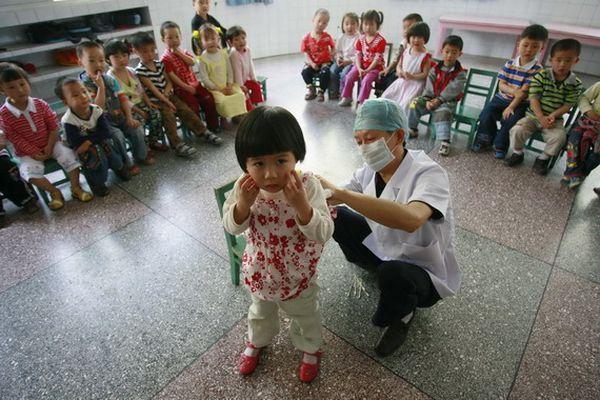 Місто Суйнін провінції Сичуань. Проводиться поголовна перевірка всіх дітей у дитсадках на зараження HFMD. Фото з aboluowang.com