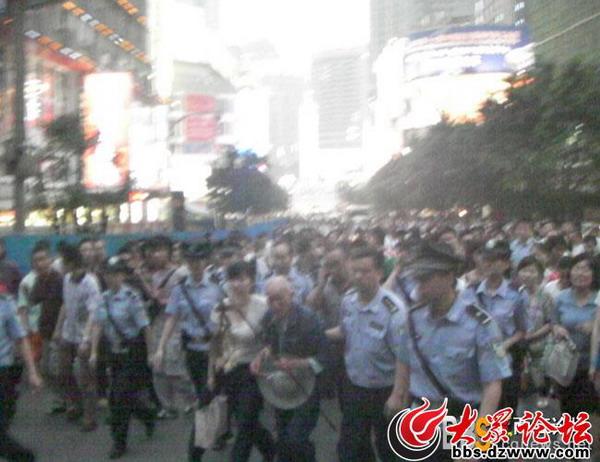 Фото с места событий. Город Чунцин. 12 июня 2009 год. Фото с epochtimes.com