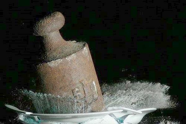 Момент, когда гиря весом 5 кг падает на тарелку с высоты 2,5 м. Фото с epochtimes.com