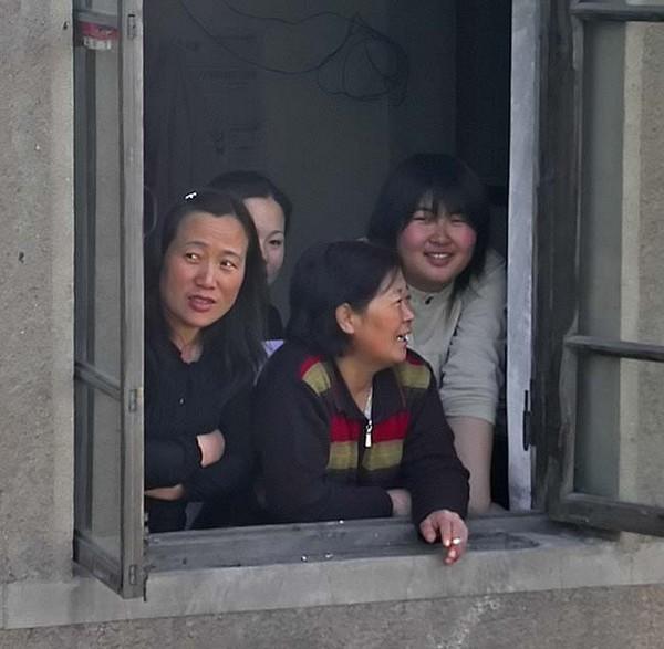 В некоторых районах Китая иностранцы вызывают повышенный интерес у местных жителей. Провинция Ляонин. Фото: Zorro_Hoo