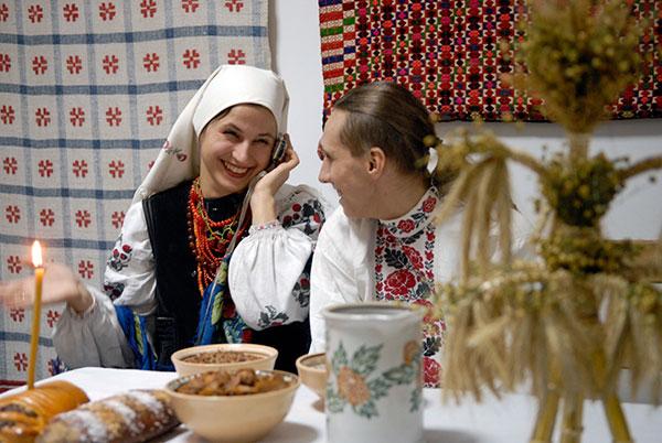 Девушка с парнем в традиционной украинской одежде во время Всеукраинского детского фольклорного фестиваля «Орели» в Музее Ивана Гончара в Киеве 9 января 2010 года. Фото: Владимир Бородин/The Epoch Times