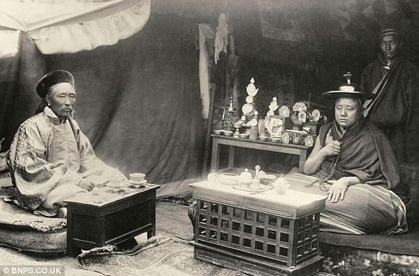 Настоятель монастиря Таші-Лунпо і китайський посланець (праворуч). Історичні фото Тибету. 1903 рік. Фото з dailymail.co.uк