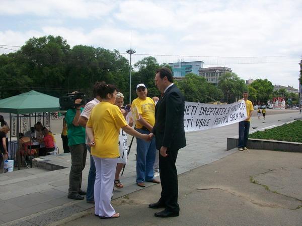 До протестуючих вийшов міністр юстиції Республіки Молдови, Тенасе Олександр. Фото: The Epoch Times