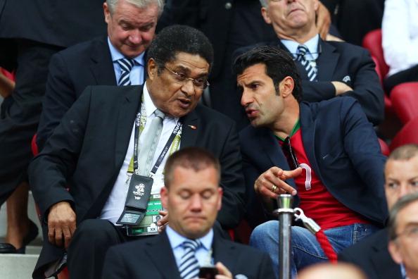 Колишні португальські футболісти Ейсебіо і Луїш Фігу розмовляють перед початком матчу Чехія — Португалія 21червня 2012року у Варшаві. Фото: Alex Grimm/Getty Images
