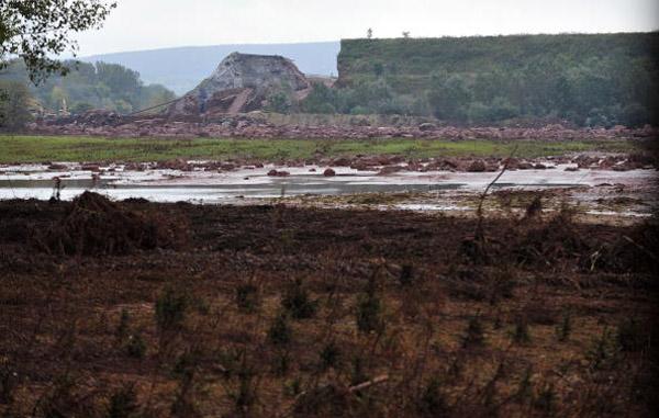 Розірвані стіни резервуару алюмінієвого заводу в м. Айка.Фото: ATTILA KISBENEDEK/AFP/Getty Images