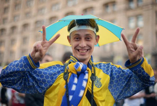 Український футбольний уболівальник позує в фан-зоні в Києві 8 червня 2012 року під час Євро-2012. Фото: Jonathan NACKSTRAND/AFP/GettyImages