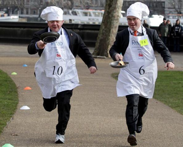 Англичане отпраздновали Масленицу блинными гонками. Фото: Oli Scarff/Getty Images