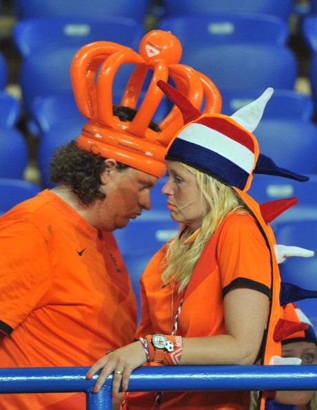 Шанувальники збірної Нідерландів засмучені поразкою своєї збірної у матчі проти Німеччини 13 червня 2012 року у Харкові. Німеччина виграла з рахунком 2:1. Фото: GENYA SAVILOV/AFP/Getty Images