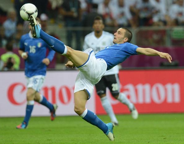 Леонардо Бонуччі (Італія) дотягується до м'яча в повітрі, 28 червня Варшава. Фото: PATRIK STOLLARZ/AFP/GettyImages