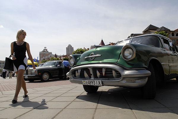 Выстака ретро автомобилей на Оболонской набережной в Киеве 22 мая 2009 года. Фото: Владимир Бородин/The Epoch Times