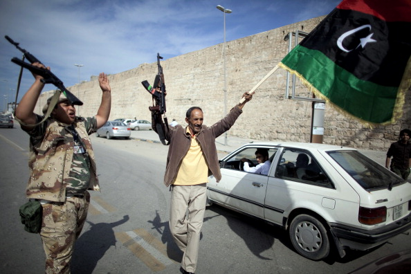 Бойцы НПС празднуют на улицах Триполи после новостей о захвате Муамара Каддафи 20 октября 2011 года. Фото: Marco Longari/Getty Images