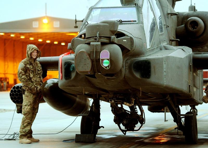 База «Кемп Бастіон», Афганістан, 22січня. Принц Гаррі біля вертольота «Апач» — наприкінці місяця принц Гаррі завершує службу й повертається на батьківщину. Фото: John Stillwell — WPA Pool/Getty Images