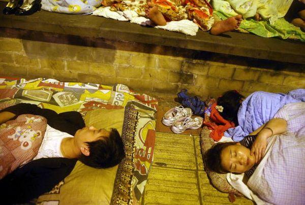 Жителі провінції Сичуань бояться знаходитися у будівлях і живуть на вулиці. Фото: China Photos/Getty Images