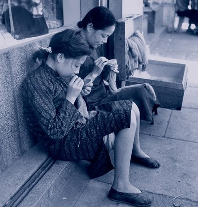 Девушка со своей матерью вышивает, сидя на улице возле своего дома. Шанхай. Май 1948 год. Фото с aboluowang.com