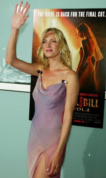 На фоне афиши фильма «Убить Билла-2» во время премьеры картины 8 апреля 2004 года. Фото: Kevin Winter/Getty Images