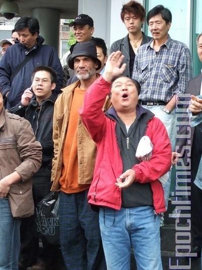 Свидетель рассказал, что этот человек в красной куртке также является одним из зачинщиков хулиганского нападения. Фото: Dayin Chen/ The Epoch Times
