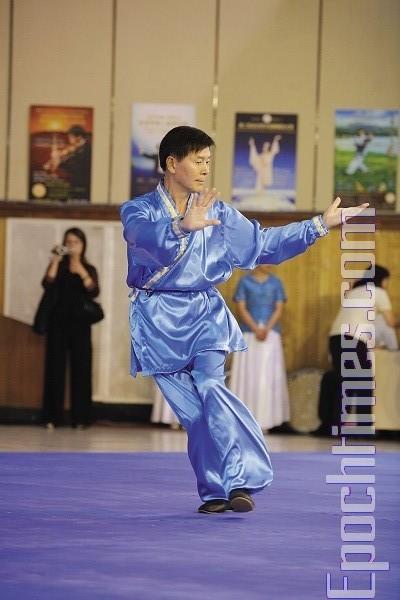 Председатель комиссии Ли Юфу продемонстрировал «быстрый шаг тайцзи», который публика увидела впервые. Фото: Лянь Ли. Председатель комиссии Ли Юфу продемонстрировал «быстрый шаг