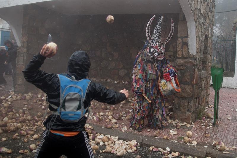 Жителі обстрілюють ріпами «викрадача худоби». Фестиваль Харрамплас, Піорналь, Іспанія. Фото: Pablo Blazquez Dominguez/Getty Images