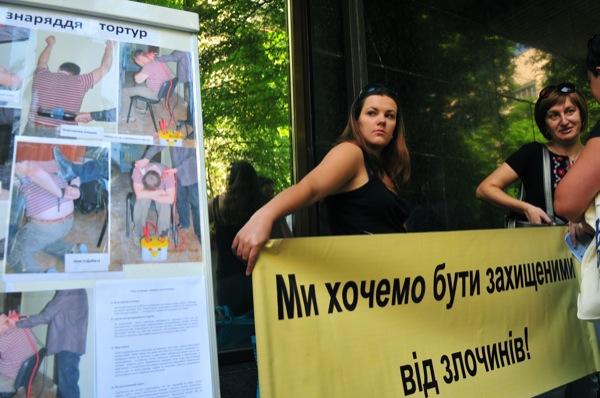 Сучасні знаряддя катувань продемонстрували біля стін Генпрокуратури. Фото: Володимир Бородін/The Epoch Times Україна