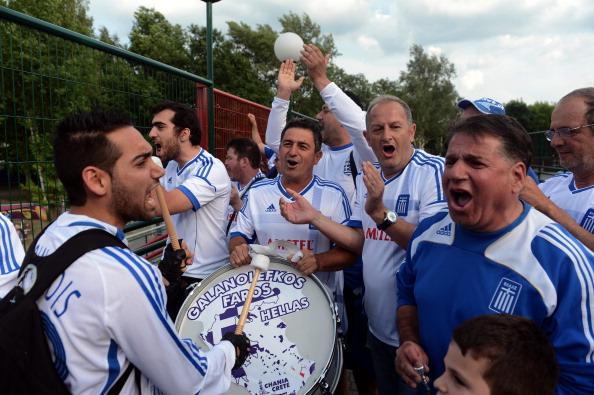 Грецькі вболівальники, 9 червня 2012 року в Польщі. Фото: ARIS MESSINIS/AFP/GettyImages
