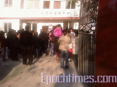 Жители пострадавших районов пытаются получить у местных властей гуманитарную помощь. Фото: epochtimes.com