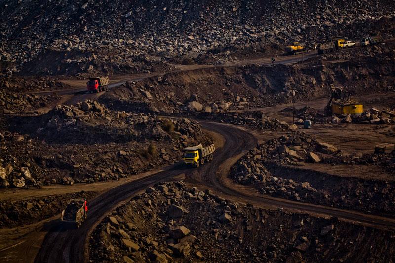 Навантажені вугіллям та відходами самоскиди. Фото: Daniel Berehulak/Getty Images