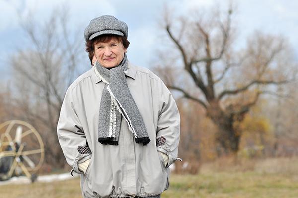 Наталья Есипчук на взлетной площадке перед полетом на паротрайке в свой 73-й день рождения. Фото: Владимир Бородин/The Epoch TimesУкраина