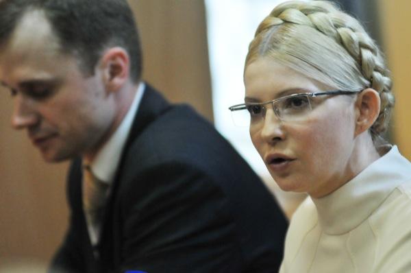 Экс-премьер министр Украины Юлия Тимошенко и адвокат Николай Титаренко в Печерском районном суде 4 июля 2011 года. Фото: Владимир Бородин/The Epoch Times Украина