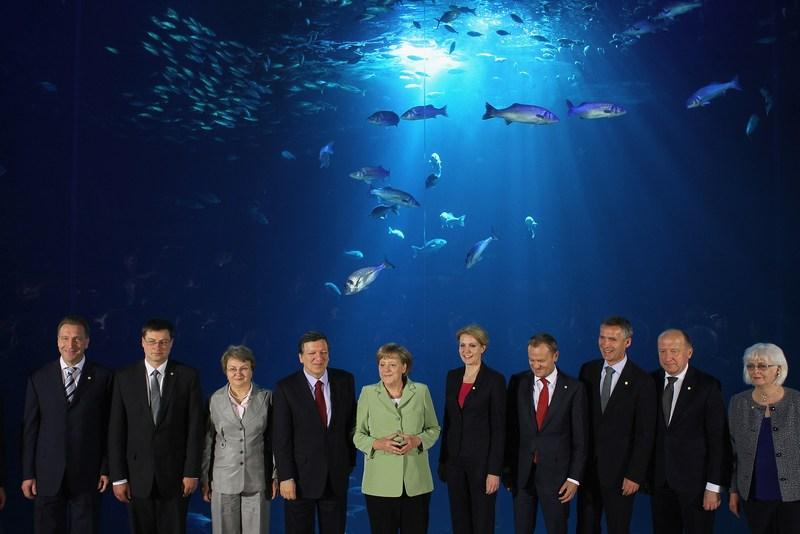 Штральзунд, Германия, 31 мая. Коллективное фото на фоне аквариума лидеров стран Балтийского региона и представителей Евросоюза на саммите государств Балтийского моря. Фото: Sean Gallup/Getty Images