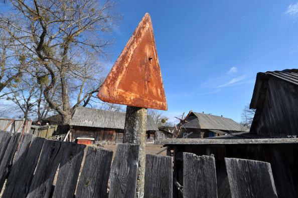 Ржавый дорожный знак на въезде в заброшенную деревню Куповатое в 30 километровой зоне отчуждения 23 марта 2011 года. (SERGEI SUPINSKY/AFP/Getty Images)