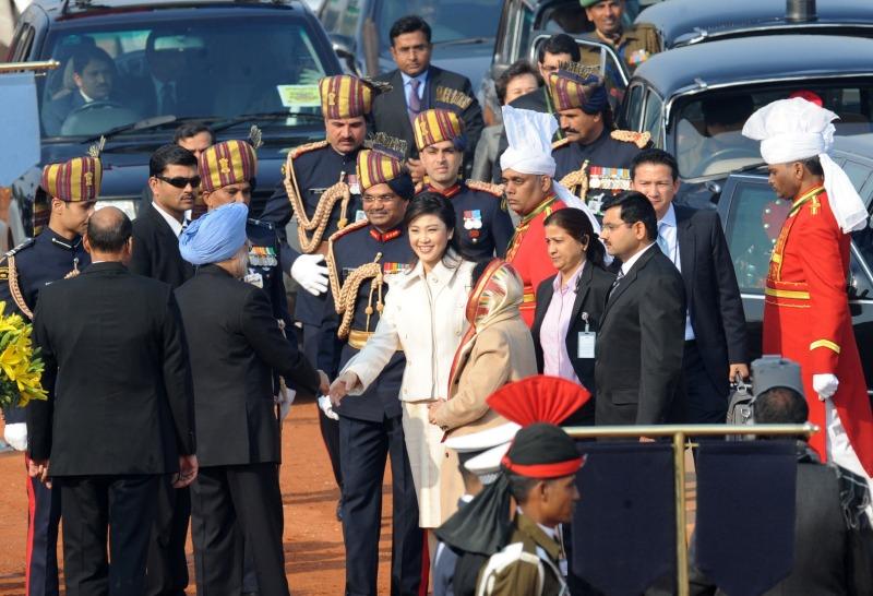 Прем'єр-міністр Таїланду Йінглак Чиннавата (в центрі), почесний гість під час параду на честь Дня Республіки, вітає прем'єр-міністра Індії Манмохана Сінгх (другий ліворуч). Нью-Делі, Індія, 26 січня 2012 рік. Фото: RAVEENDRAN/AFP/Getty Images