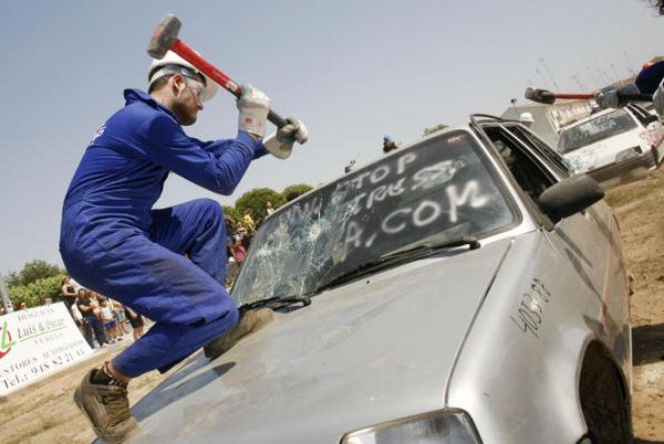 Снятие стресса кувалдой. Фото: RAFA RIVAS/AFP/Getty Images