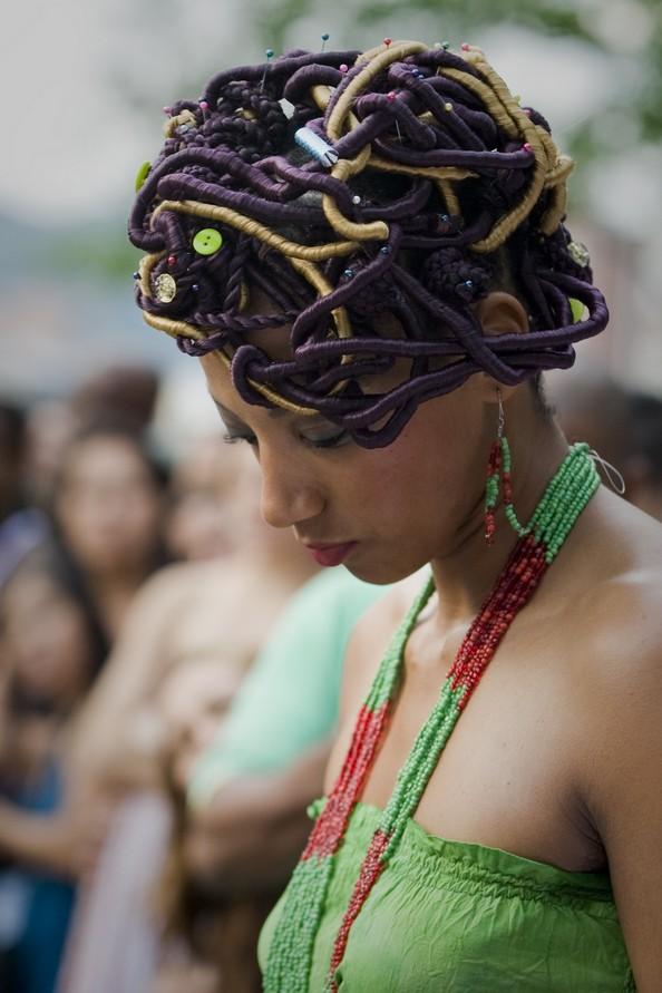 Дивовижні афро-зачіски. Фото: LUIS ROBAYO/AFP/GettyImages