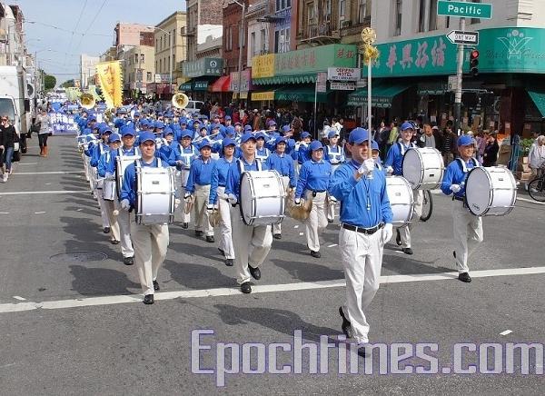 Марширующий Небесный оркестр выступает на параде. Фото: Zhou Rong/The Epoch Times