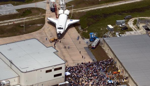 Шаттл «Атлантис» доставляется в ангар. Фото: DON EMMERT/AFP/Getty Images