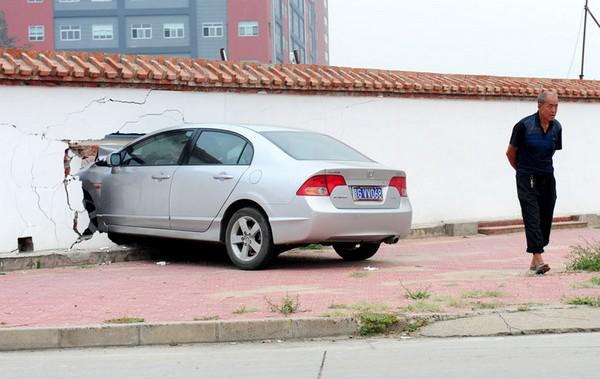 Водій не втримав свого «залізного коня» в межах дороги. Пекін. Вересень 2011. Фото: news.ifeng.com