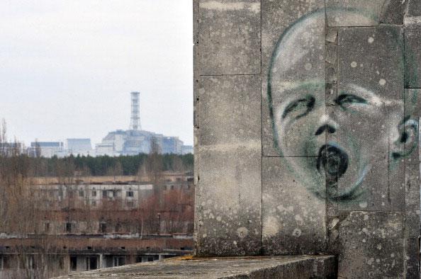 Рисунок изображён на стене в городе Припять на фоне четвертого энергоблока Чернобыльской атомной электростанции. (SERGEI SUPINSKY/AFP/Getty Images)